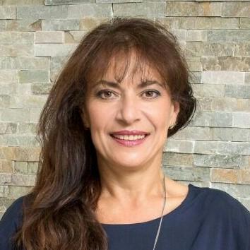 Dana Arsic Gesicht lächelnd von vorneKosmetikerin
